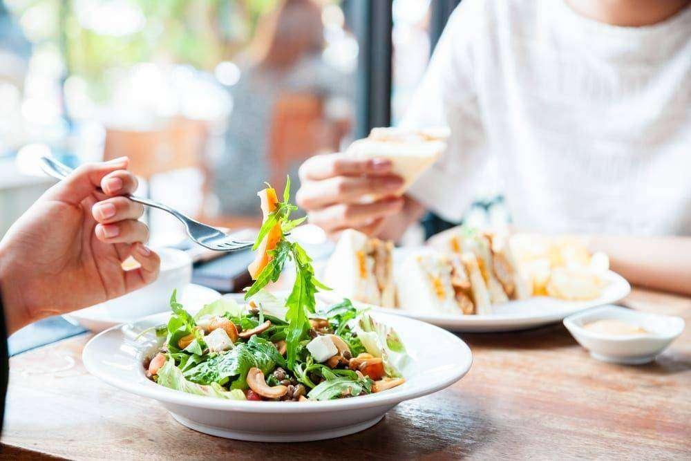 Co najczęściej jemy w pracy?