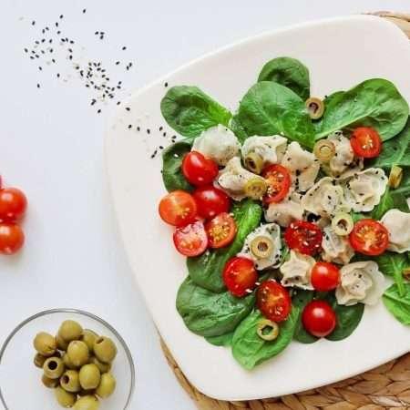 Sałatka z uszkami i pomidorkami