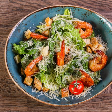 Sałatka z krewetkami i azjatyckim sosem