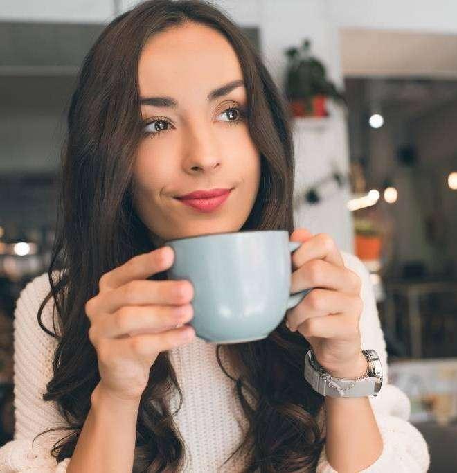 Kobieta delektująca się kawą