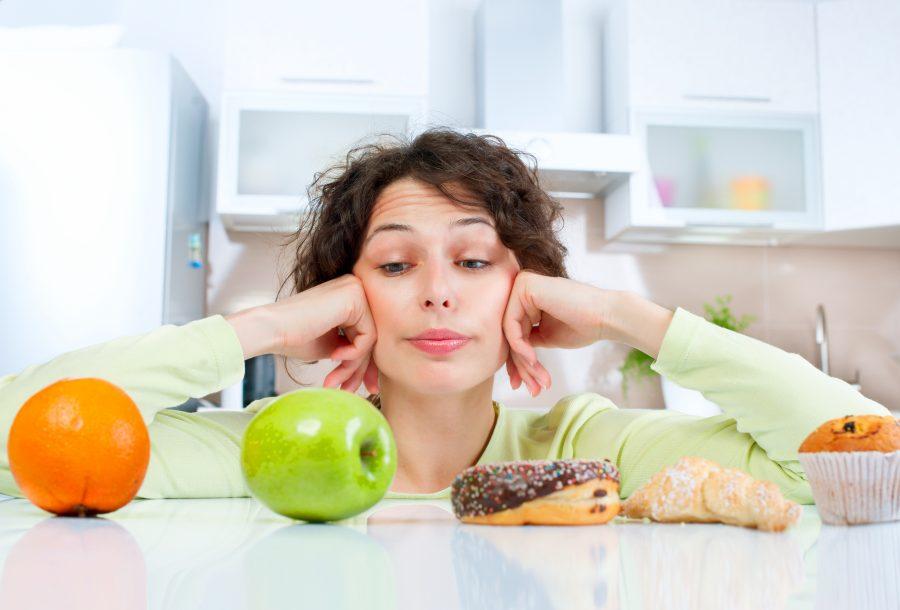 młoda dziewczyna zastanawia się nad wyborem diety