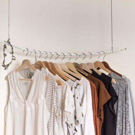 Minimalizm w garderobie – na co warto postawić?