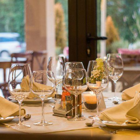 Jak serwować potrawy zgodnie z zasadami savoir-vivre?