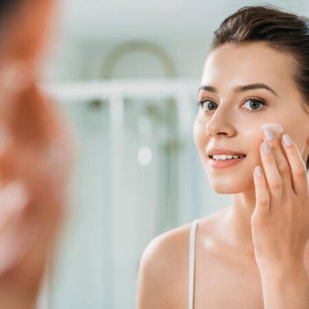 Dlaczego kremy do twarzy warto dobierać do wieku?
