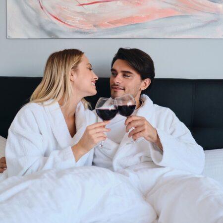 Jak podkręcić atmosferę w sypialni? Poradnik dla niego
