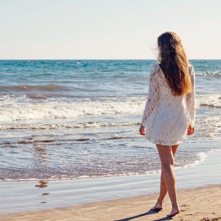 Czym kierować się przy wyborze modnej sukienki na lato?