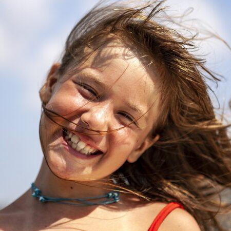 Wakacyjny uraz zęba – co robić?